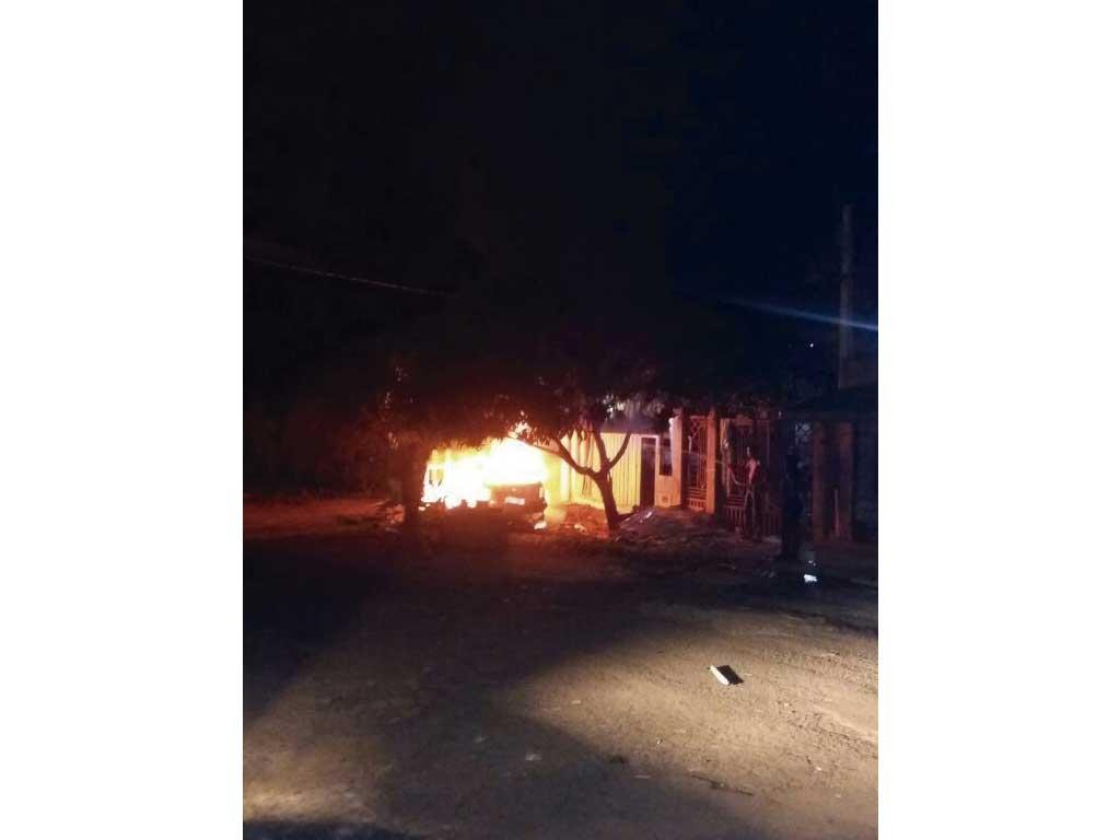 Polícia - Homem discute com namorada e põe fogo no carro