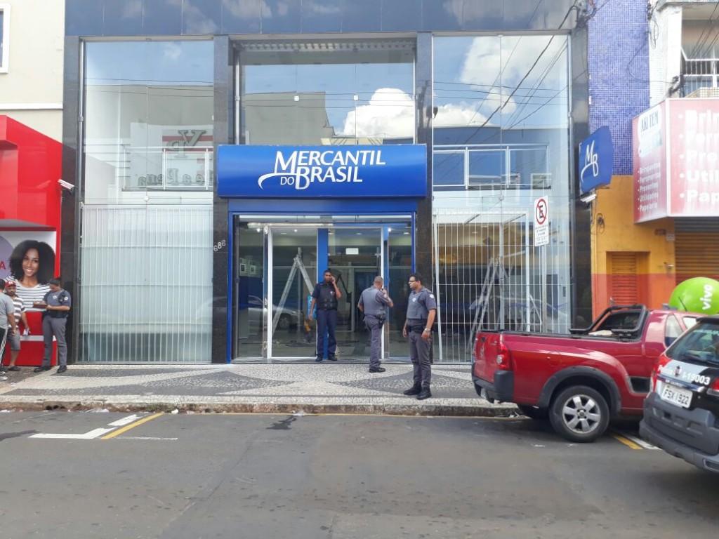 Polícia - Trio é preso tentando roubar cofre de banco no centro