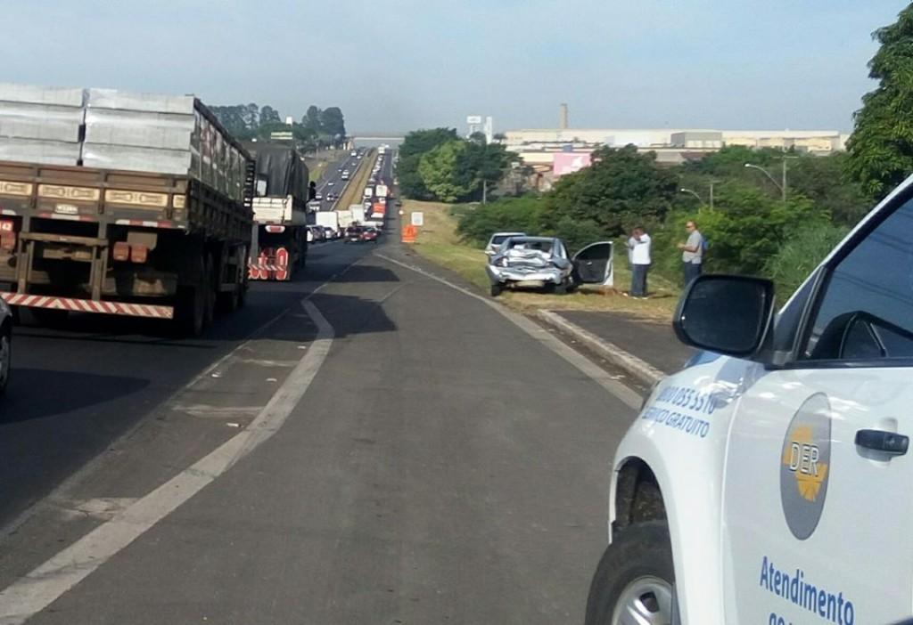 Polícia - Acidente envolve dois carros e um caminhão na SP