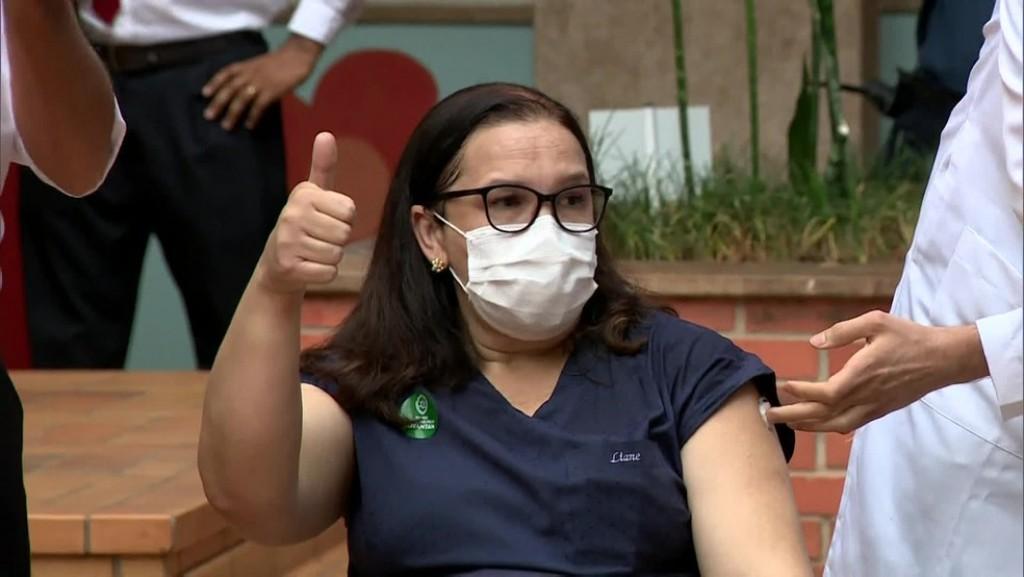 Cidades - Primeira vacinada da região é técnica de Enfermagem do HC de Campinas