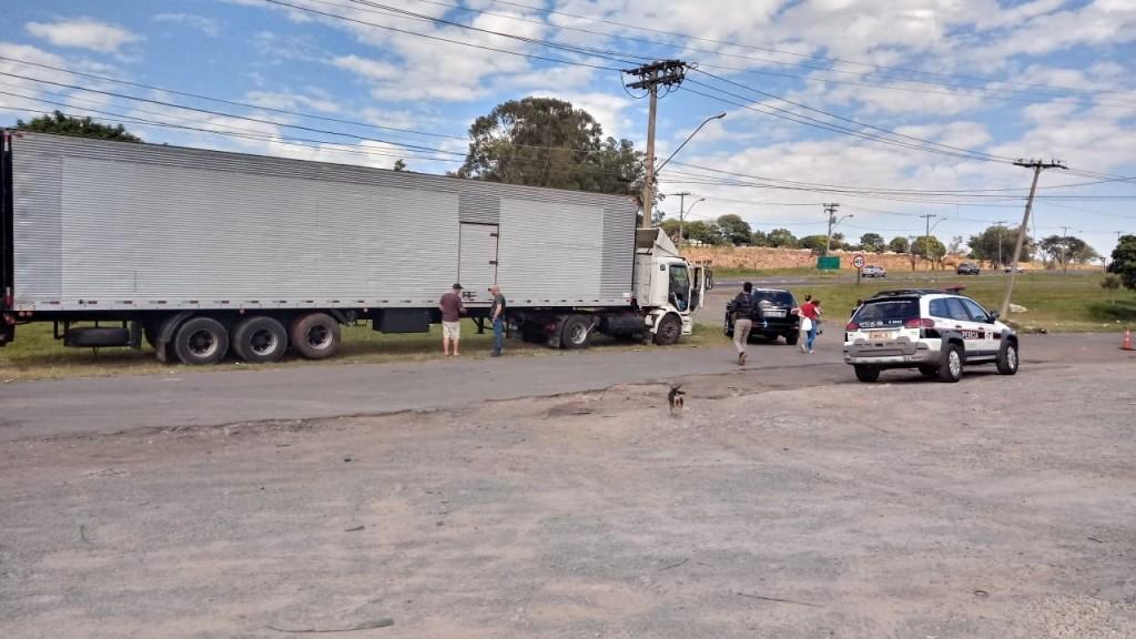Polícia - Ladrões roubam carga de pneus e abandonam carreta em SB
