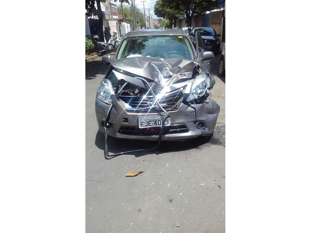 Polícia - Dupla com carro roubado provoca acidente