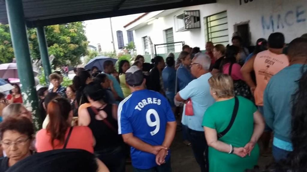 Saúde - Pacientes se aglomeram em frente de UBS do Romano para marcar consulta