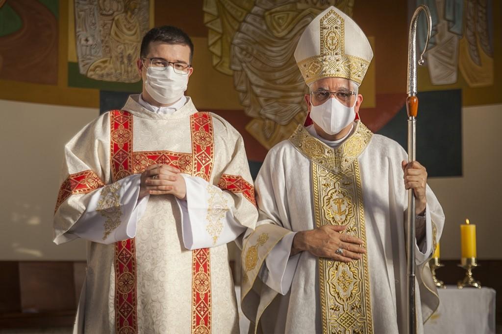 Cidades - Dom Devair ordena novo diácono em S. Bárbara