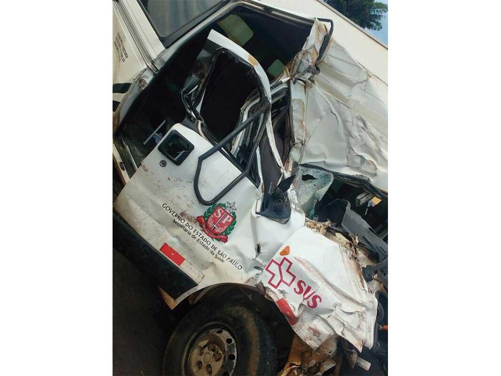 Polícia - Acidente com van do serviço de saúde deixa três  feridos