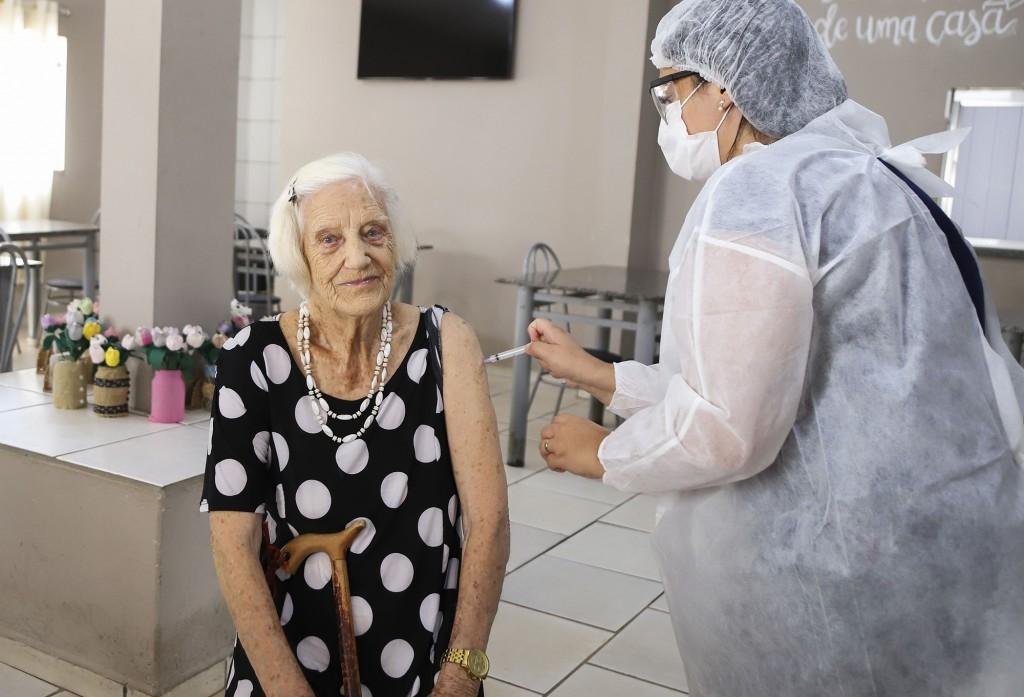 Cidades - Idosos abrigados recebem a segunda dose da vacina contra a Covid-19