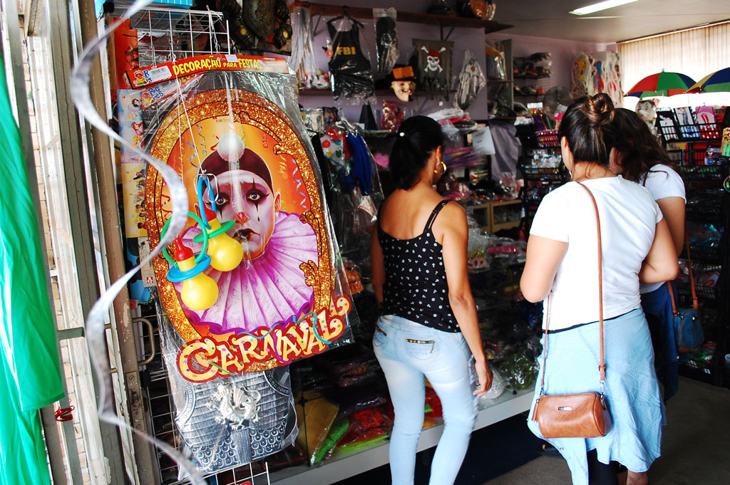 Cidades - Venda de fantasias de carnaval gera otimismo no comércio