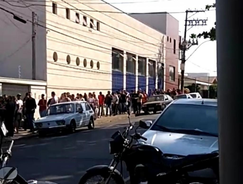 Cidades - Mais de 500 pessoas entram em fila para vagas de emprego em lanchonete