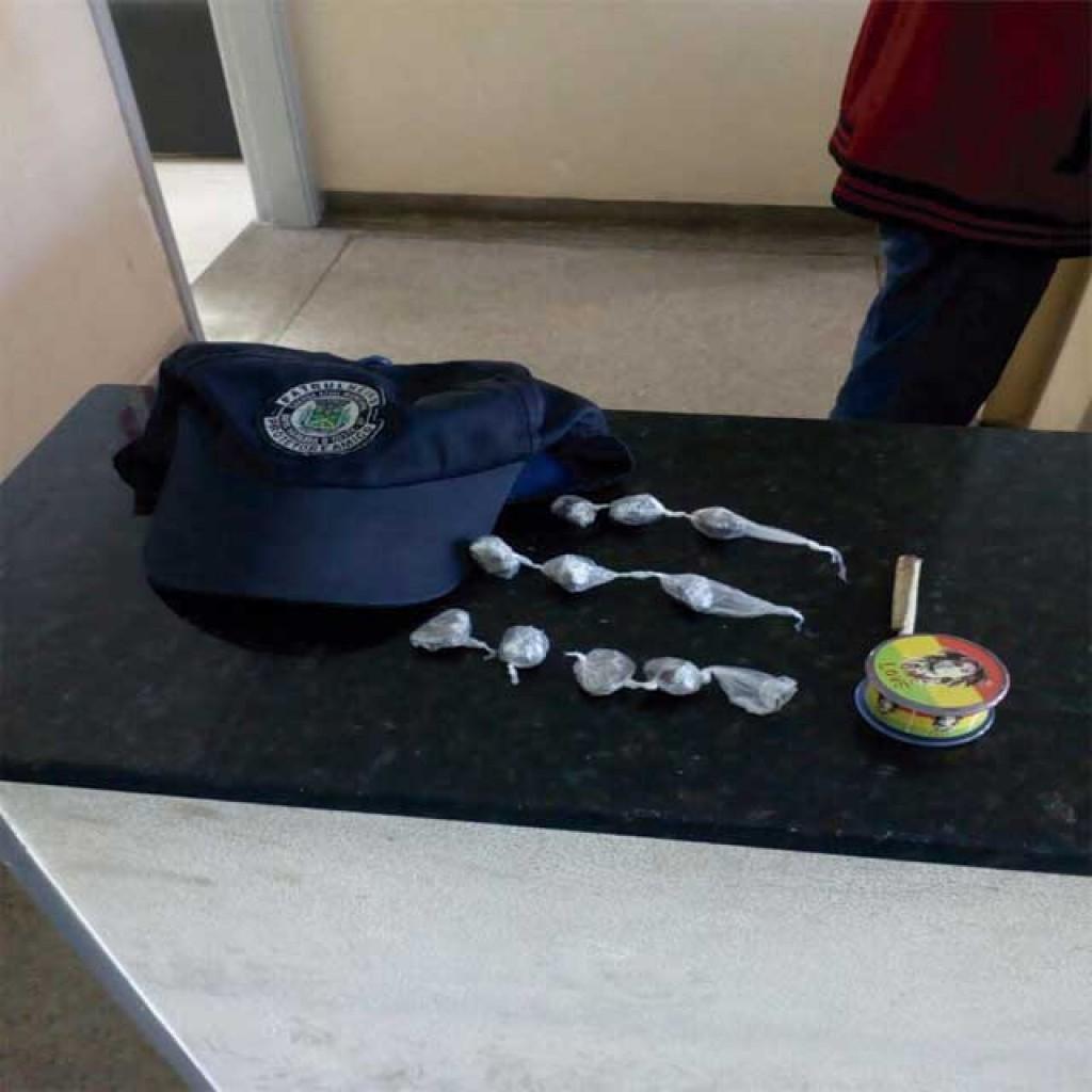 Polícia - Apreendida motoneta furtada e drogas encontradas