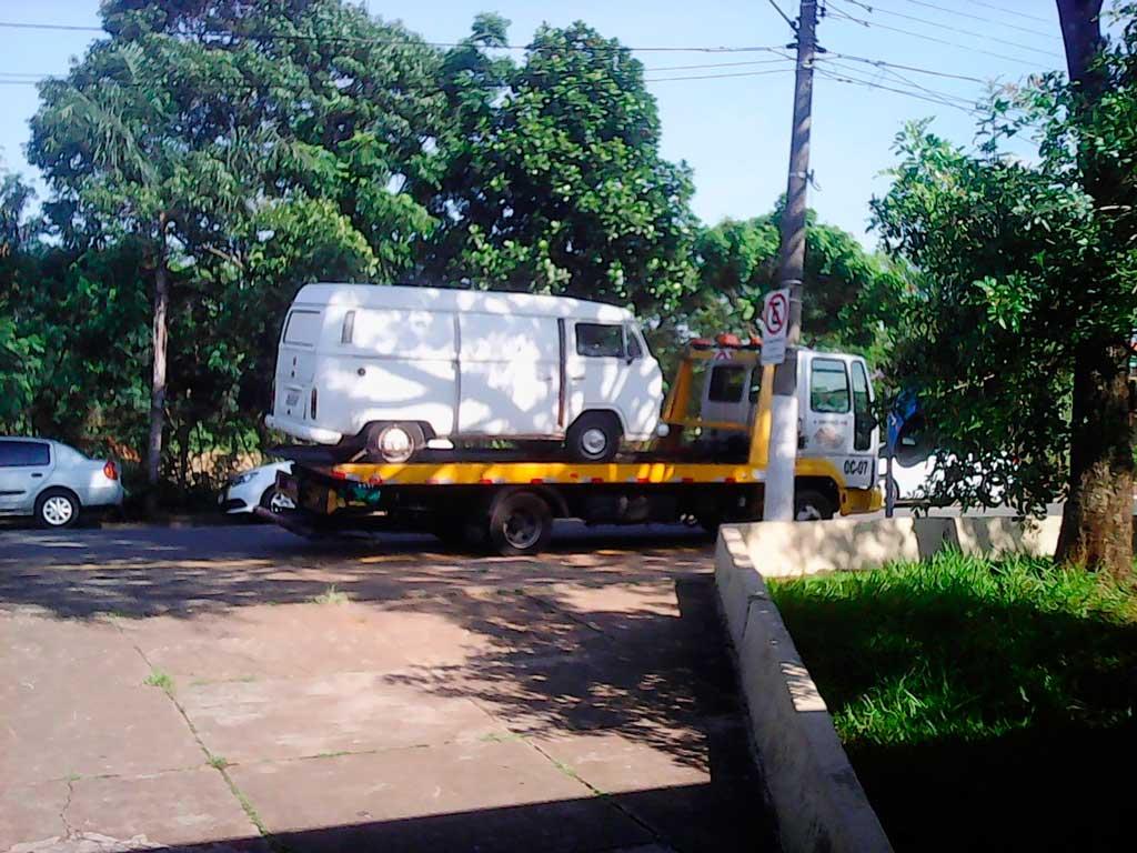 Polícia - Kombi não respeita sinal e provoca acidente
