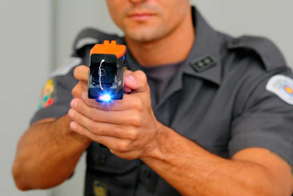 Polícia - Tenente usa arma não letal para salvar vida de homem